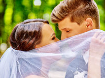 El besarse de novia y del novio al aire libre Fotografía de archivo