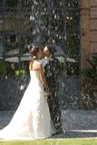 El besarse del novio y de la novia Foto de archivo libre de regalías
