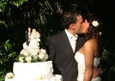 El besarse del novio y de la novia Imágenes de archivo libres de regalías
