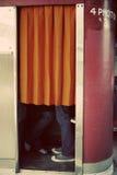 El besarse en cabina de la foto Fotos de archivo libres de regalías