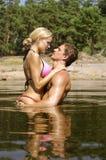 El besarse en el agua Imagen de archivo