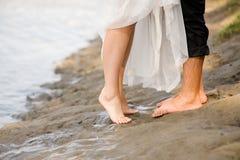 El besarse en la playa Imagenes de archivo