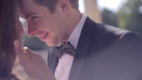 El besarse feliz de dos personas jovenes almacen de metraje de vídeo