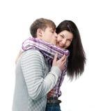 El besarse feliz joven de los pares aislado en blanco Foto de archivo libre de regalías