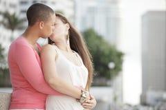 El besarse femenino alegre joven de los pares Fotos de archivo libres de regalías