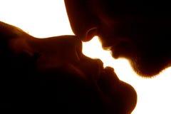 El besarse joven de los pares Imagen de archivo libre de regalías
