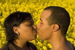 El besarse joven de los pares fotos de archivo