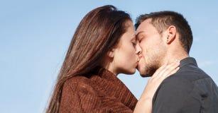 El besarse joven de los pares Imagenes de archivo