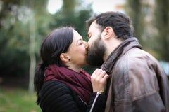El besarse joven de los pares Foto de archivo
