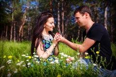 El besarse joven de los pares al aire libre en luz del sol del verano Igualación del color de la fecha del amor del beso adolesce Fotos de archivo libres de regalías