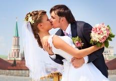 El besarse joven de los pares de la boda Fotografía de archivo libre de regalías