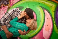 El besarse joven dedicado de los pares imágenes de archivo libres de regalías