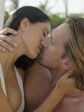 El besarse joven romántico de los pares Imagen de archivo