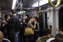 El besarse libre, multitud de destello contra el omophobia, Firenze Imagenes de archivo