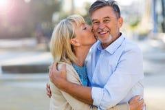 El besarse maduro de los pares Imagen de archivo libre de regalías