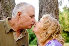 El besarse mayor de los pares imagenes de archivo