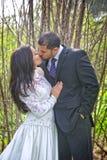 El besarse nupcial de los pares Imágenes de archivo libres de regalías