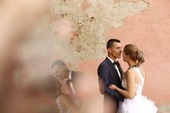 El besarse nupcial de los pares Foto de archivo