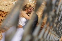 El besarse nupcial de los pares Fotos de archivo libres de regalías