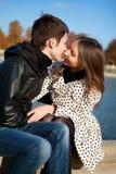 El besarse romántico de los pares imagen de archivo