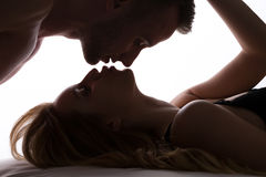 El besarse romántico de los pares Fotos de archivo