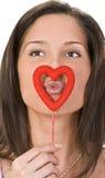 El besarse a través de un corazón Imágenes de archivo libres de regalías