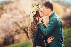 El beso blando de pares caucásicos jovenes en puesta del sol se enciende Fotos de archivo libres de regalías
