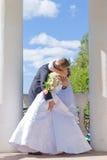 El beso cerca de la columna Imagen de archivo libre de regalías