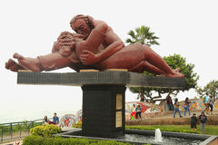 El Beso eller ` som kyss`-skulpturen i förälskelsen för `-Parque del Amor ` parkerar vid Stilla havet i det Miraflores området av Arkivfoto