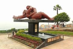 El Beso lub ` buziaka ` rzeźba w ` Parque Del Amor ` miłości parku Pacyficznym oceanem w Miraflores okręgu Lima Fotografia Royalty Free