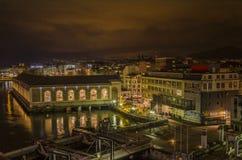El BFM y el Usine en la noche Ginebra Fotos de archivo