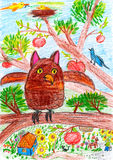 El búho y el otro pájaro que se sientan en una rama de árbol en el pueblo - imagen del dibujo del niño en el papel Imagen de archivo libre de regalías
