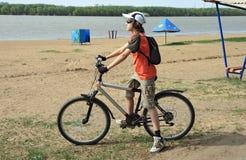 El bicyclist en una playa de la ciudad Imagen de archivo