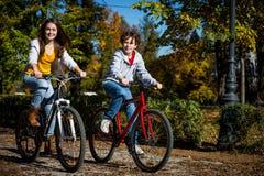 El biking activo joven de la gente Imágenes de archivo libres de regalías