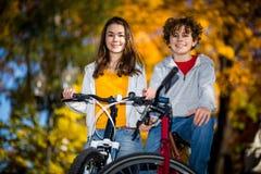 El biking activo joven de la gente Foto de archivo libre de regalías