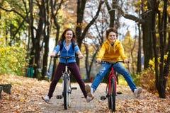 El biking activo joven de la gente Fotos de archivo libres de regalías