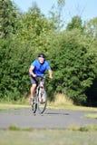 El Biking ansioso de Retiree Male Cyclist del atleta fotografía de archivo libre de regalías