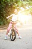 El biking asiático del niño al aire libre fotografía de archivo libre de regalías