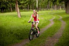 El biking bonito de la muchacha Imagen de archivo