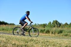 El Biking de ejercicio de Retiree Male Cyclist del atleta imágenes de archivo libres de regalías