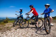 El biking de la familia Imágenes de archivo libres de regalías