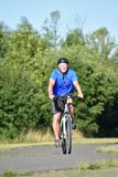 El Biking de la felicidad de Male Cyclist And del atleta fotografía de archivo libre de regalías