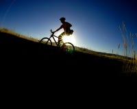 El Biking de la montaña foto de archivo libre de regalías
