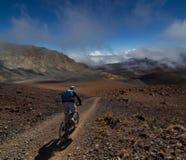 El Biking de la montaña de la alta altitud Fotos de archivo