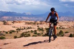 El biking de la montaña de la mujer Fotografía de archivo