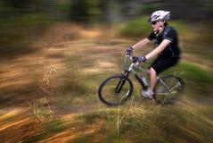 El Biking de la montaña de la mujer de la muchacha foto de archivo