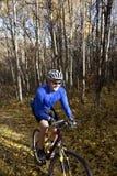 El biking de la montaña del hombre Fotografía de archivo