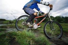 El biking de la montaña del hombre joven imagen de archivo libre de regalías