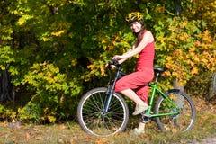 El biking de la muchacha fotos de archivo