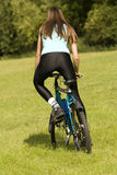 El biking de la mujer fotos de archivo libres de regalías